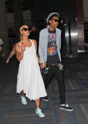 Amber-Rose-Wiz-Khalifa-Vegas-Airport-Chucks